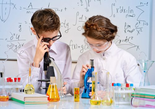 http://www.beylikduzuamerikankoleji.com/wp-content/uploads/2018/02/37533312-Students-doing-experiments-in-the-laboratory-Science-and-education-Stock-Photo-1-500x350.jpg