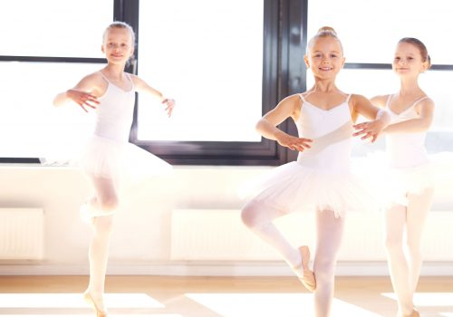 http://www.beylikduzuamerikankoleji.com/wp-content/uploads/2018/02/41044068-Group-of-pretty-graceful-young-ballerinas-practicing-pirouettes-Stock-Photo-500x350.jpg