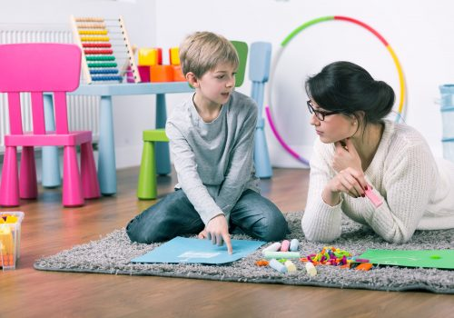 http://www.beylikduzuamerikankoleji.com/wp-content/uploads/2018/02/51794000-Private-teacher-and-small-boy-learning-by-play-at-home-Stock-Photo-500x350.jpg