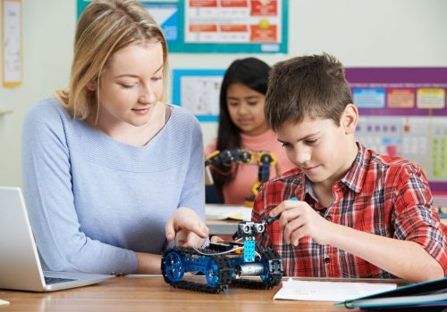 http://www.beylikduzuamerikankoleji.com/wp-content/uploads/2018/02/68764124-Teacher-With-Pupils-In-Science-Lesson-Studying-Robotics-Stock-Photo-500x350.jpg