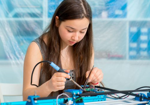 http://www.beylikduzuamerikankoleji.com/wp-content/uploads/2018/02/77146463-Student-girl-in-electronics-laboratory-experiment-with-microcontroller-Stock-Photo-500x350.jpg