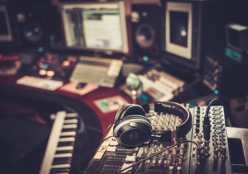 https://www.beylikduzuamerikankoleji.com/wp-content/uploads/2018/02/51873411-Close-up-of-boutique-recording-studio-control-desk-Stock-Photo-500x350.jpg